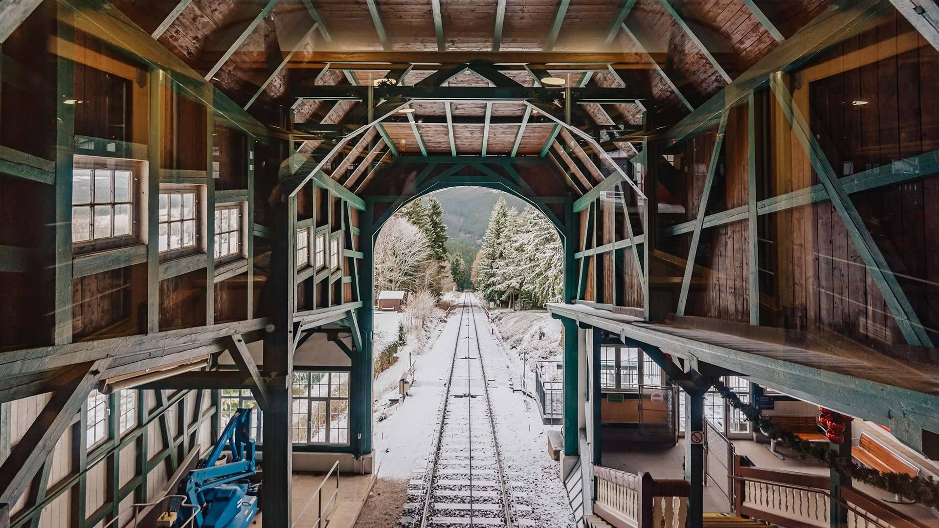 从上魏斯巴赫山地列车的车站向外看魏斯巴赫山地列车