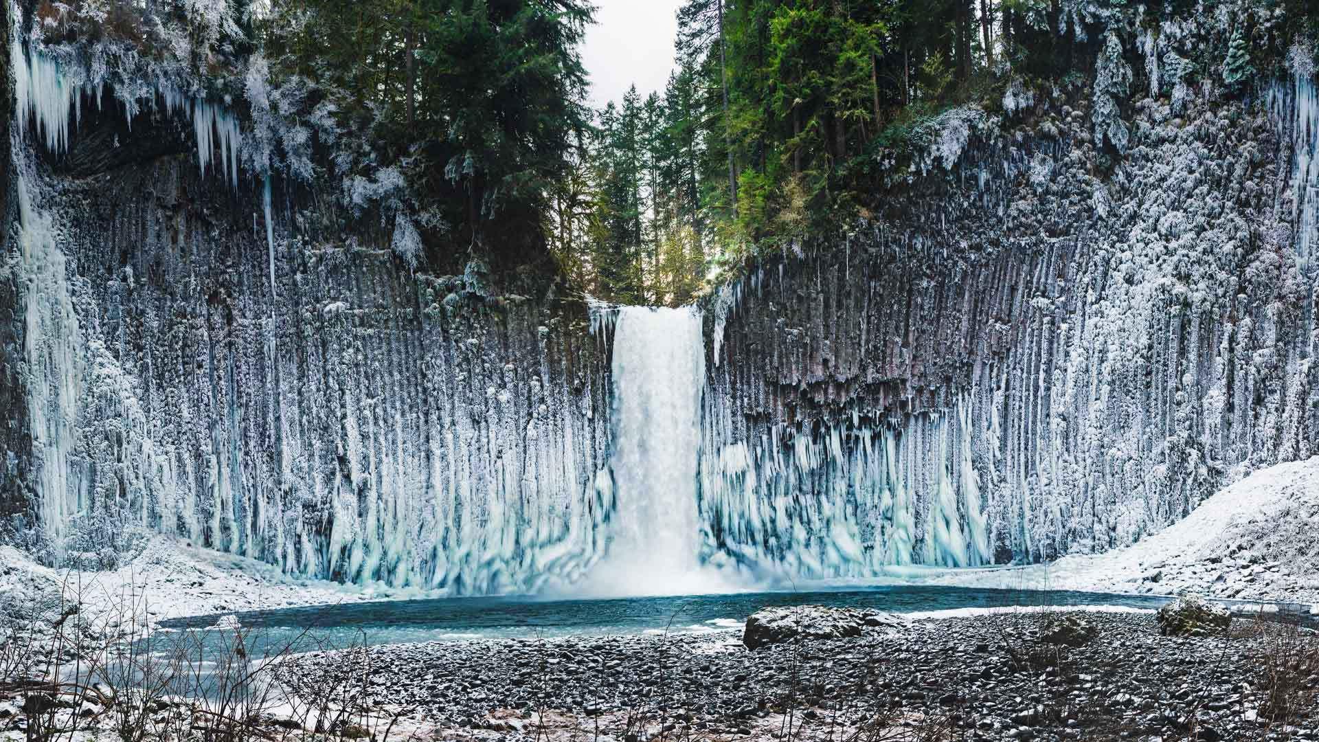 巨大的冰柱悬挂在Abiqua瀑布周围的玄武岩石墙上Abiqua瀑布