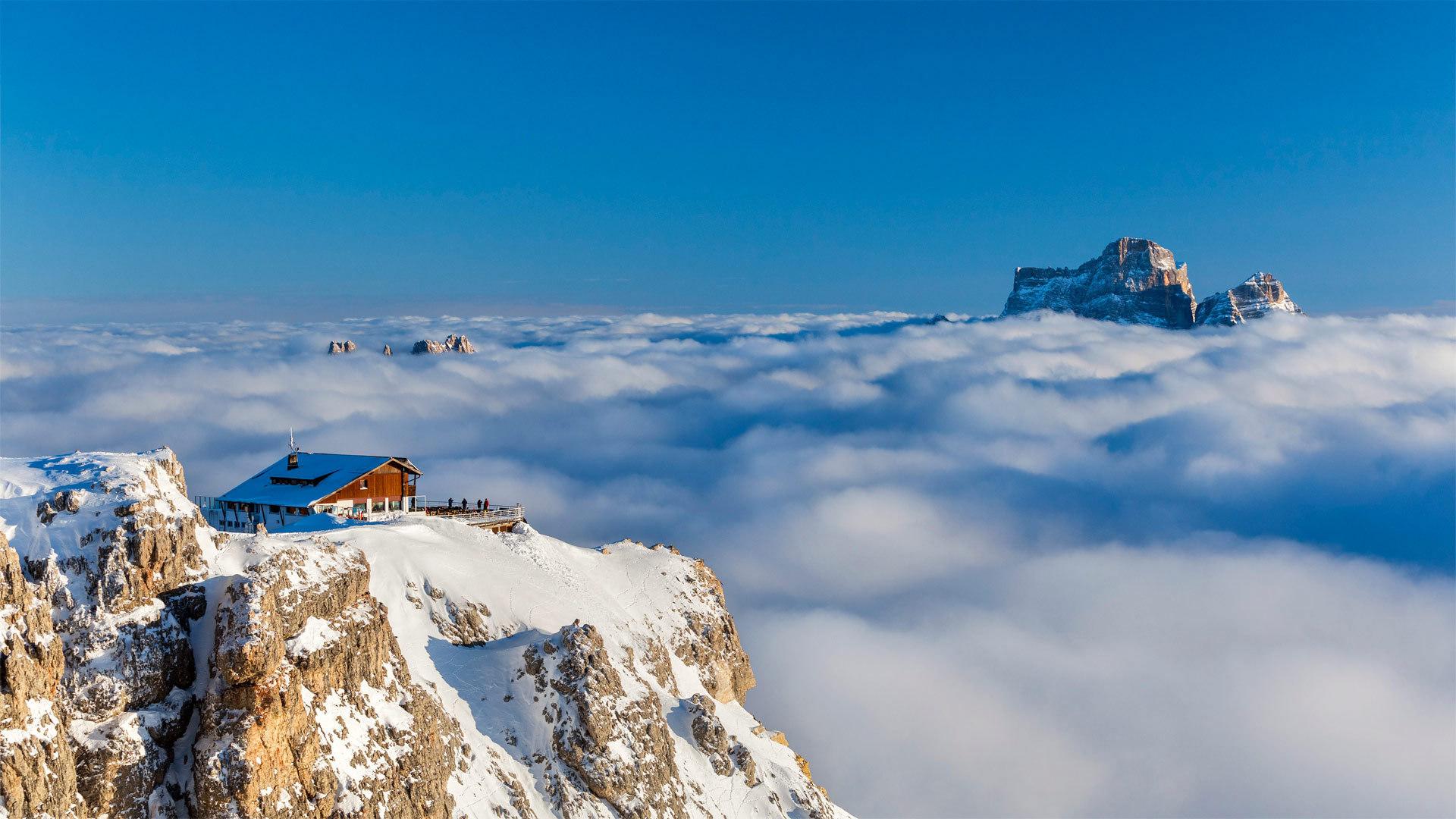 以佩尔莫山为背景云层之上的Rifugio LagazuoiRifugio Lagazuoi