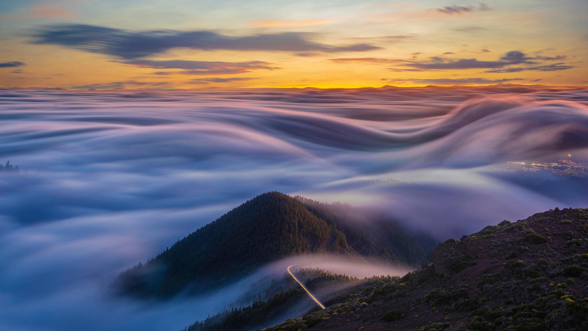 大西洋和特内里费山脉上空的流云流云
