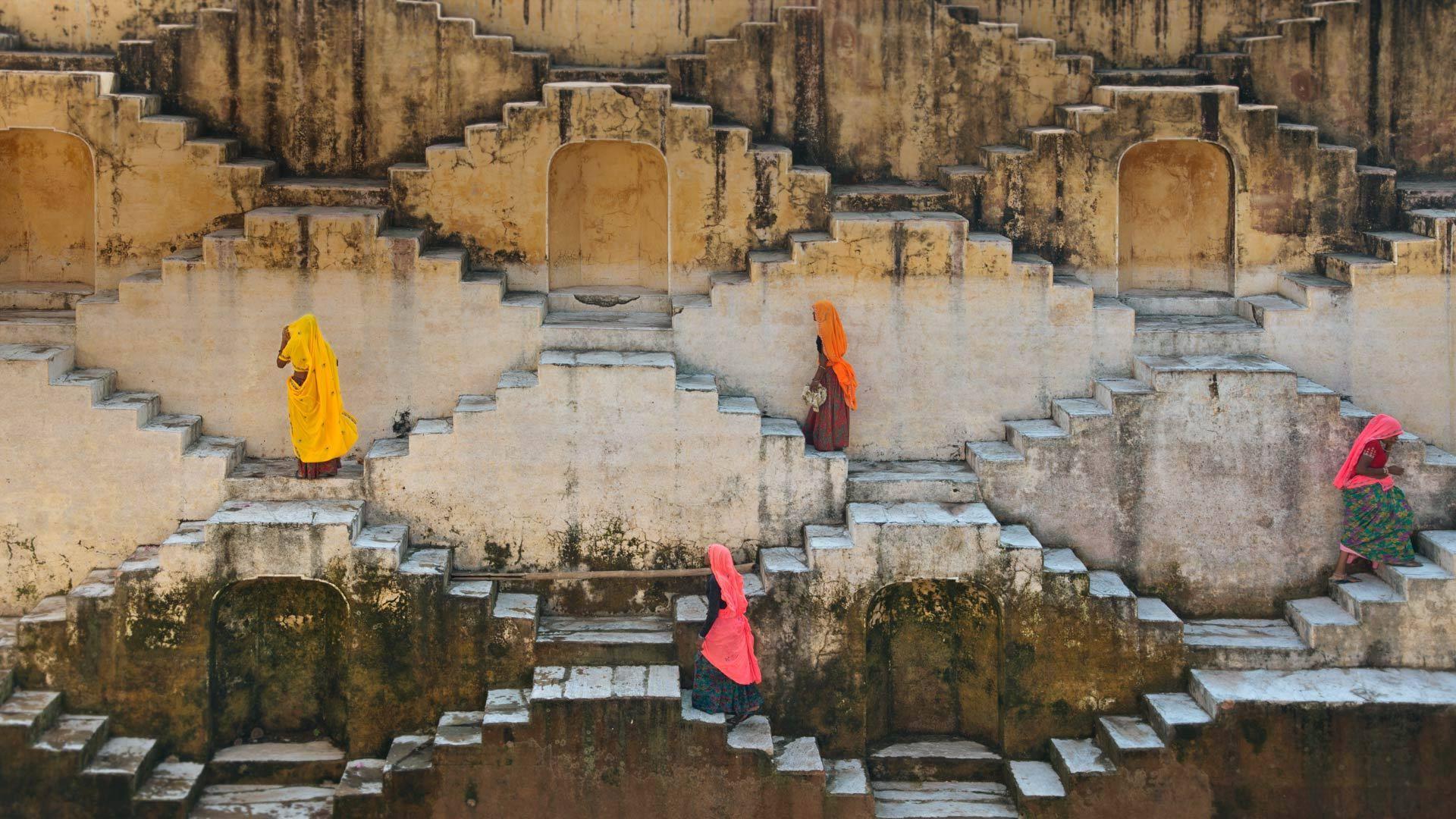 斋浦尔琥珀堡附近当地妇女正在爬阶梯井琥珀堡