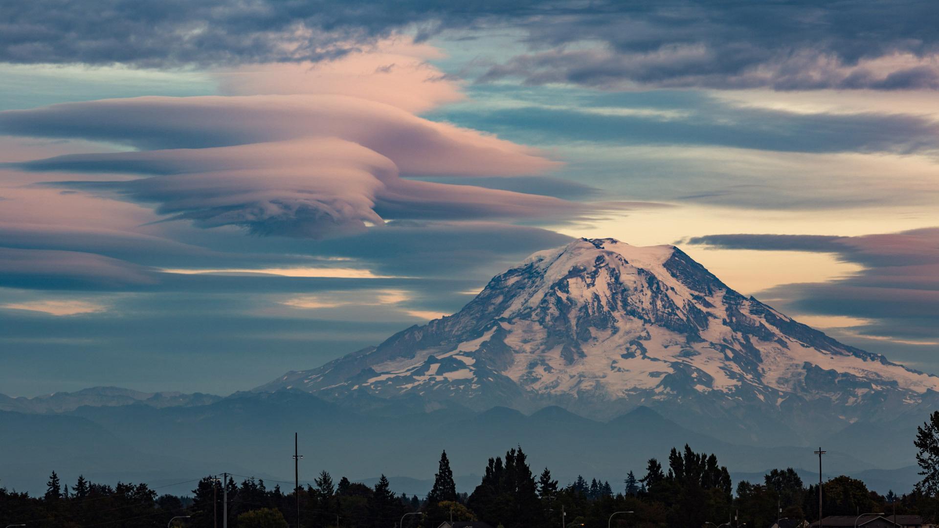雷尼尔山透镜状云的延时视频雷尼尔山