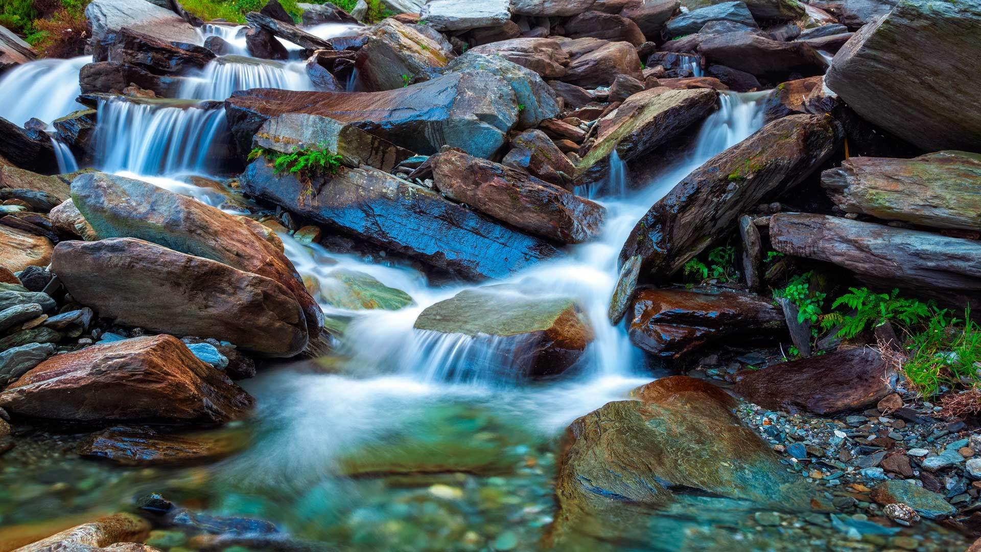 Bhagsu的热带瀑布热带瀑布