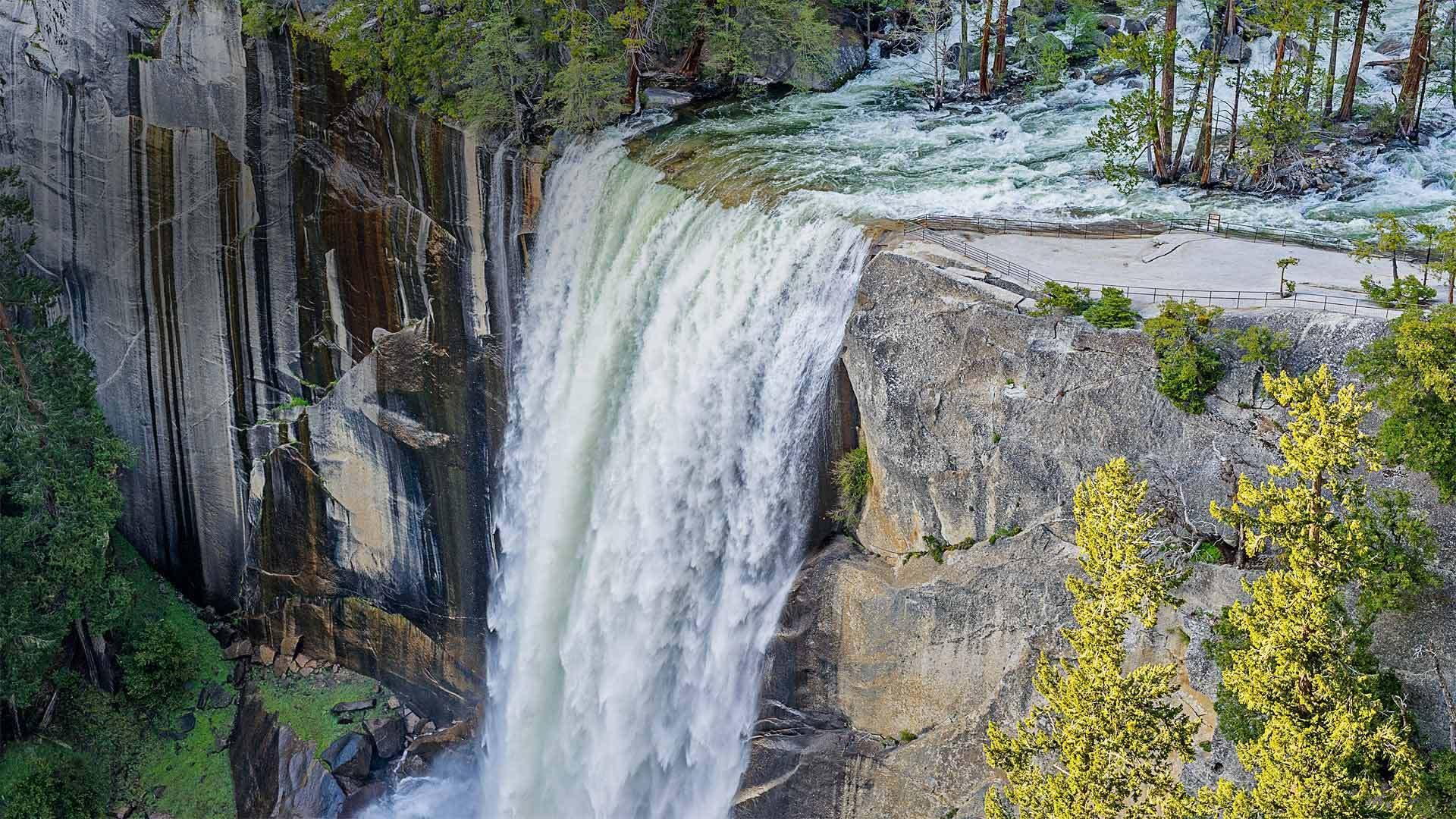 优胜美地国家公园中的春季瀑布春季瀑布