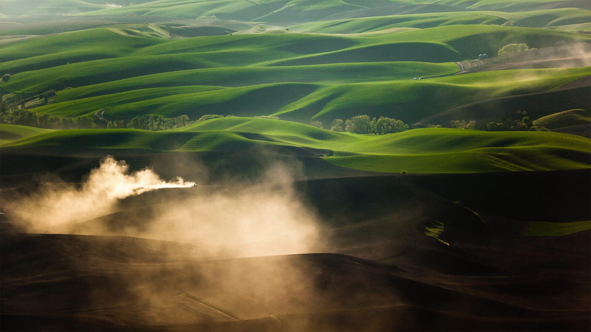 普尔曼附近的帕卢斯一辆拖拉机在耕作时扬起尘土普尔曼