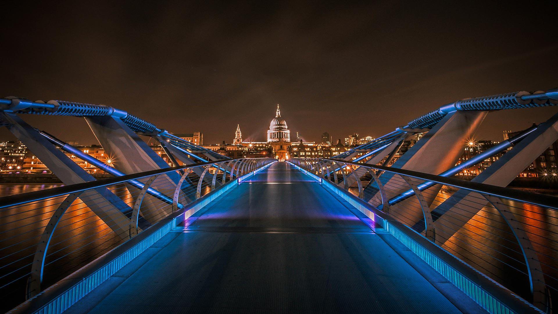 以圣保罗大教堂为背景的千禧桥千禧桥