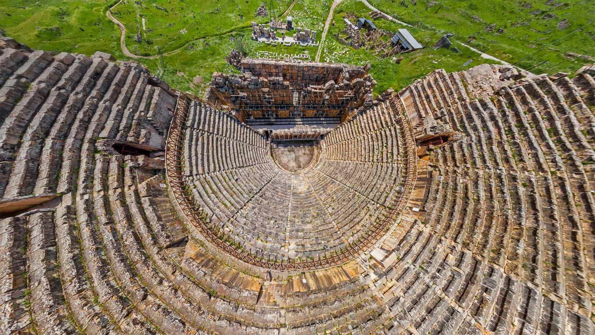 土耳其棉花堡附近希腊古城希拉波利斯的剧院鸟瞰图希拉波利斯