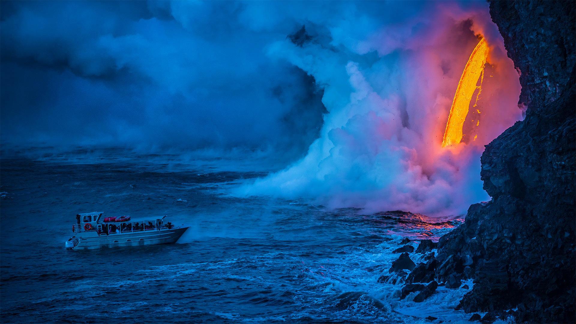 一艘游船经过时熔岩流撞击水面产生爆炸夏威夷火山