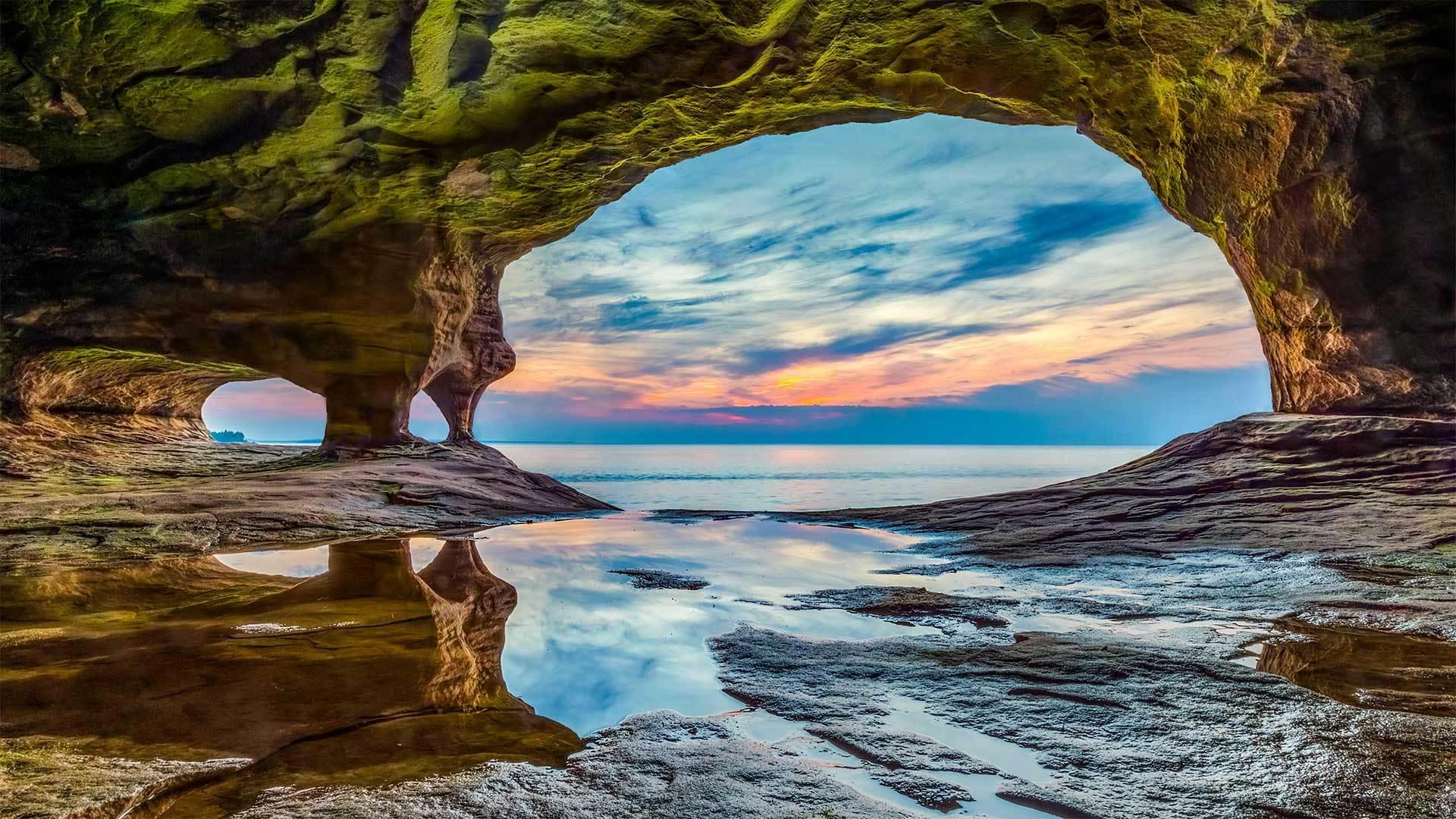 彩岩国家湖滨区的岩洞彩岩国家湖滨区