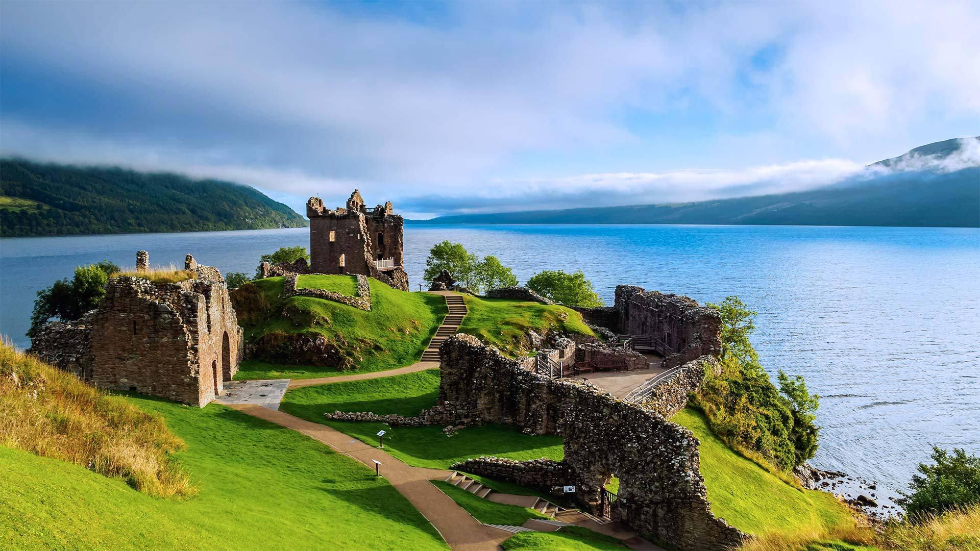 苏格兰高地上的厄克特城堡和内斯湖 苏格兰高地
