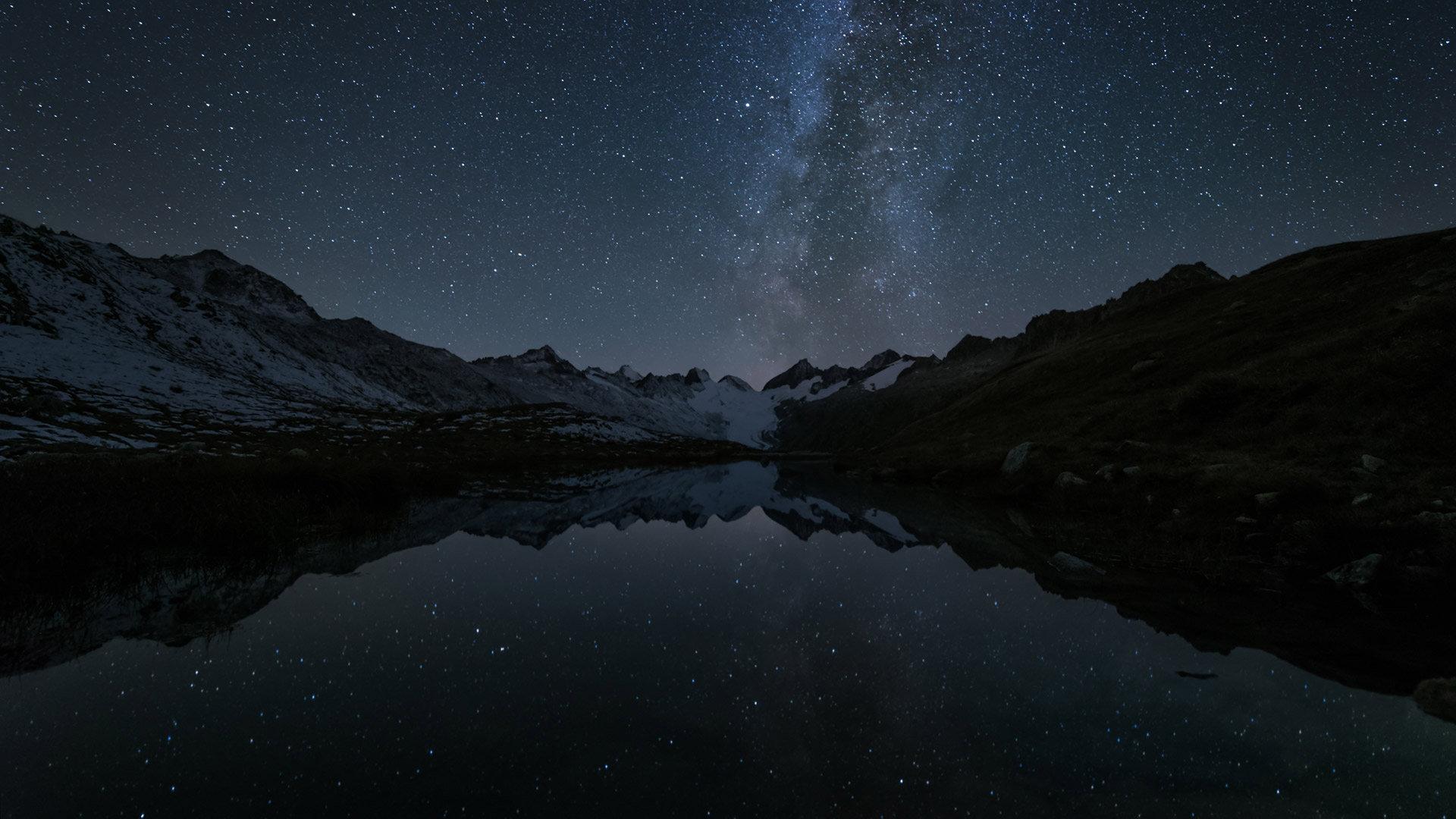 格里姆瑟尔山口Totesee山地湖中倒映出的星星星空
