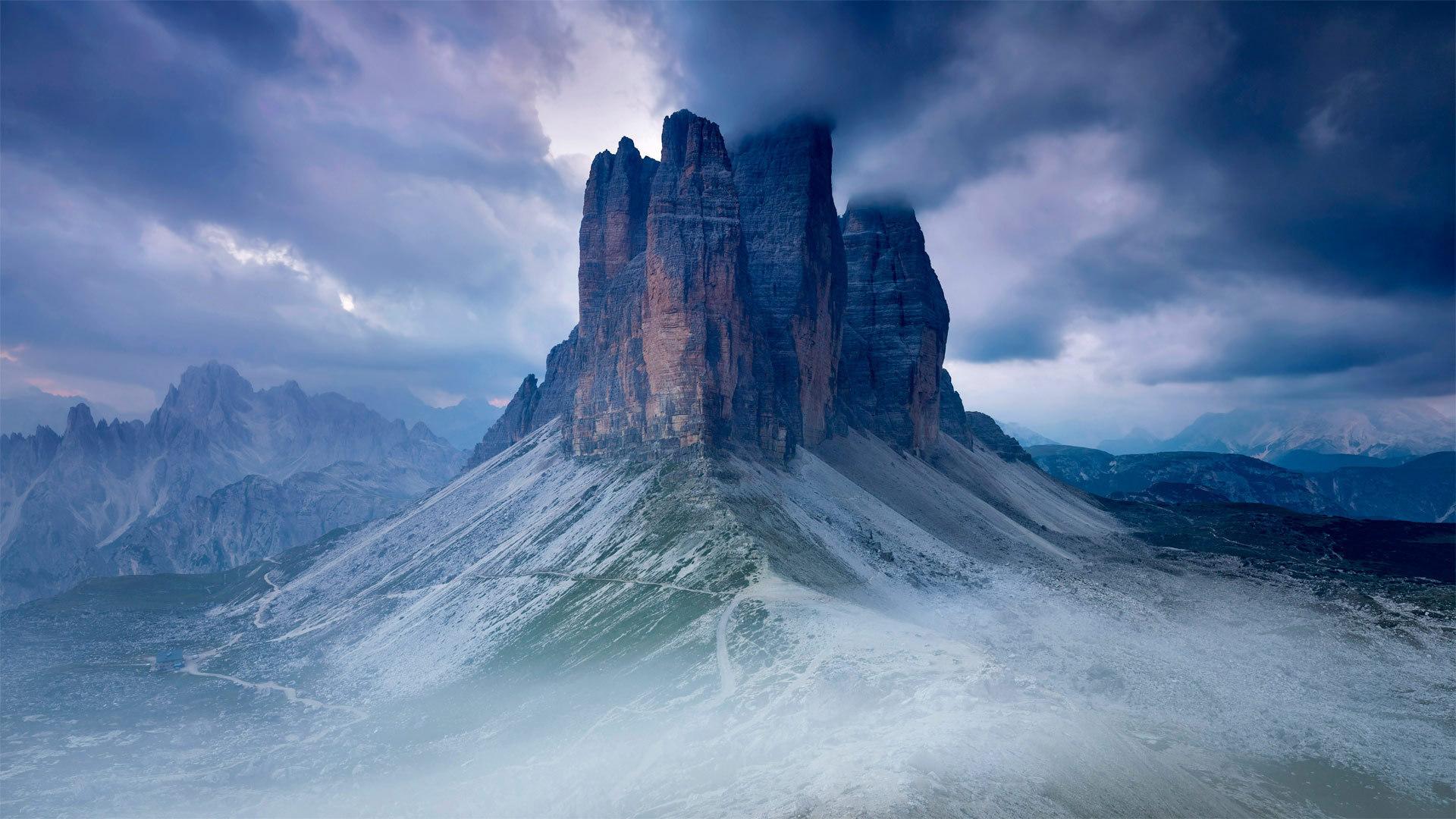 从环绕山峰的小径最高点看到的拉瓦莱多三峰山拉瓦莱多三峰山