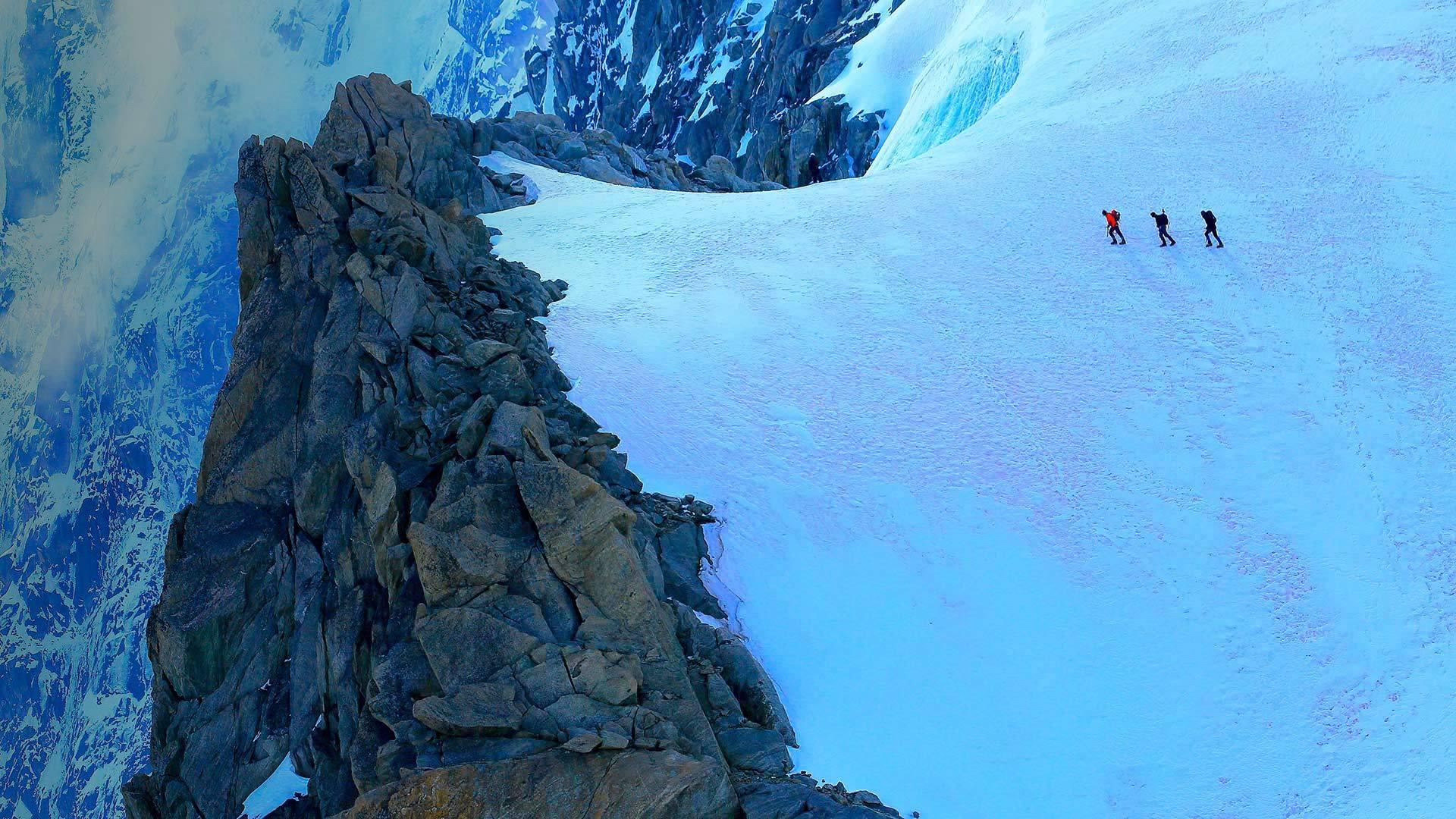 勃朗峰高山冰川上的徒步者勃朗峰