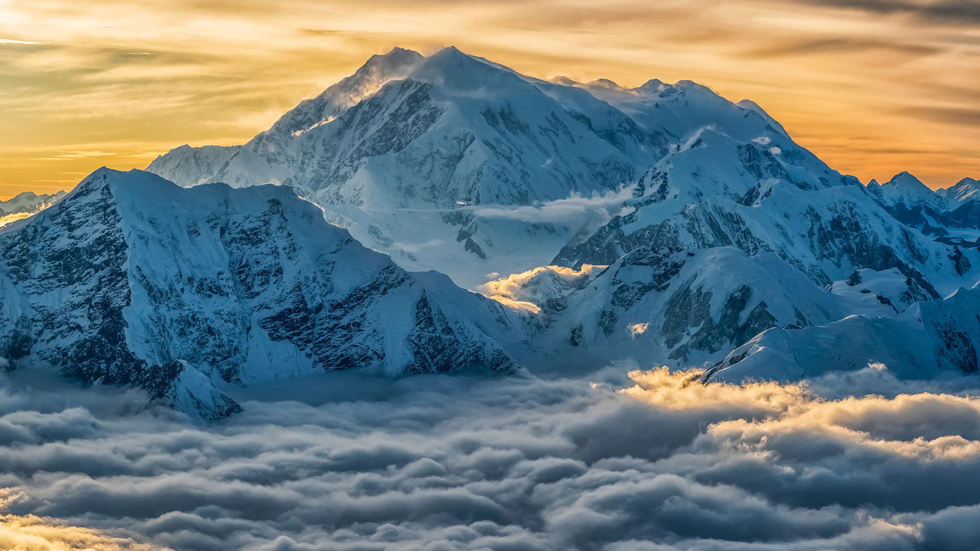 鸟瞰高耸入云的洛根山洛根山