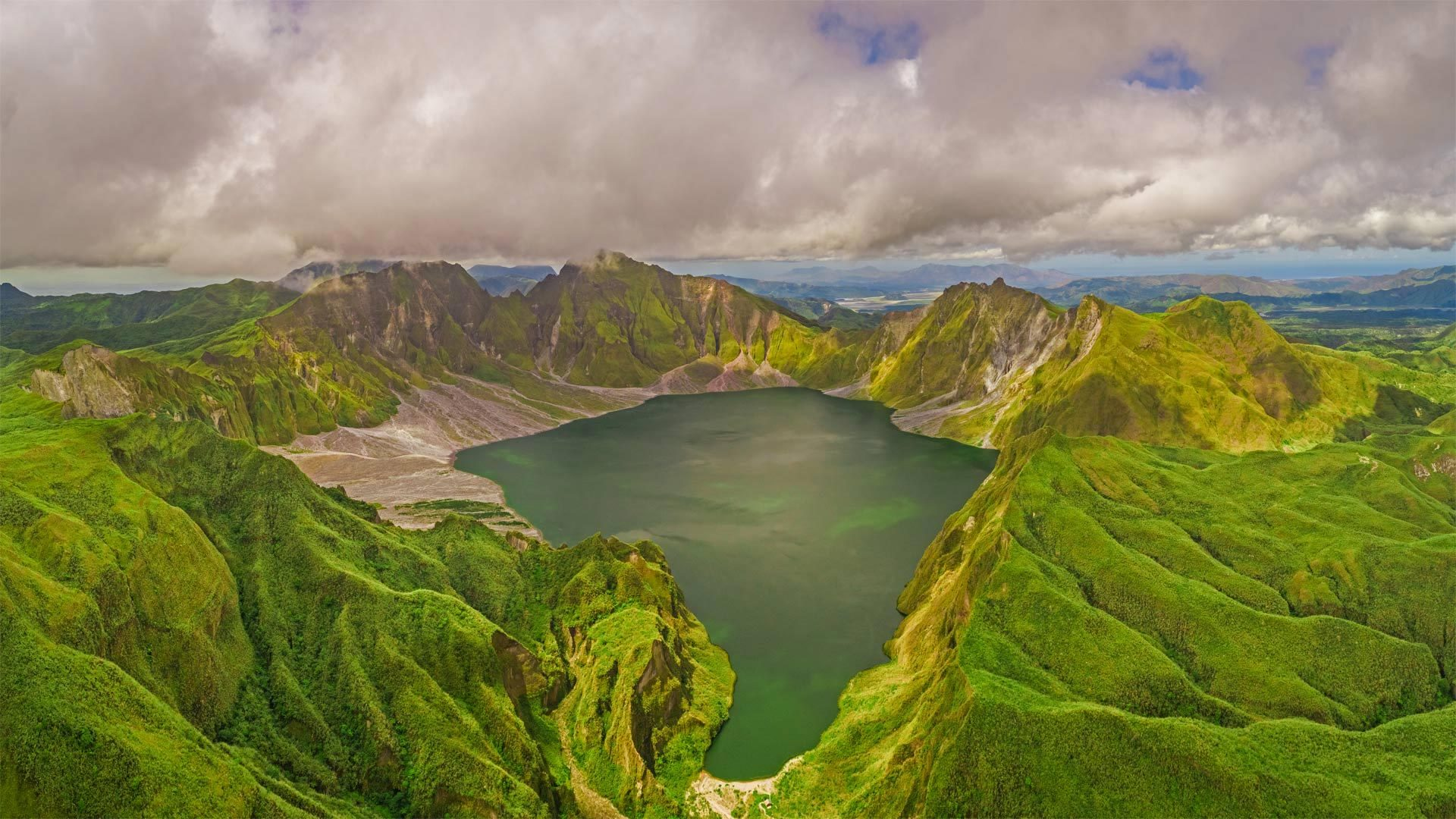 鸟瞰皮纳图博火山湖和山脉Aerial