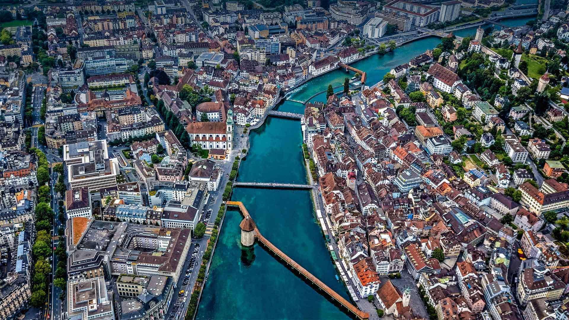 俯瞰瑞士卢塞恩的罗伊斯河上的Chapel教堂桥Chapel