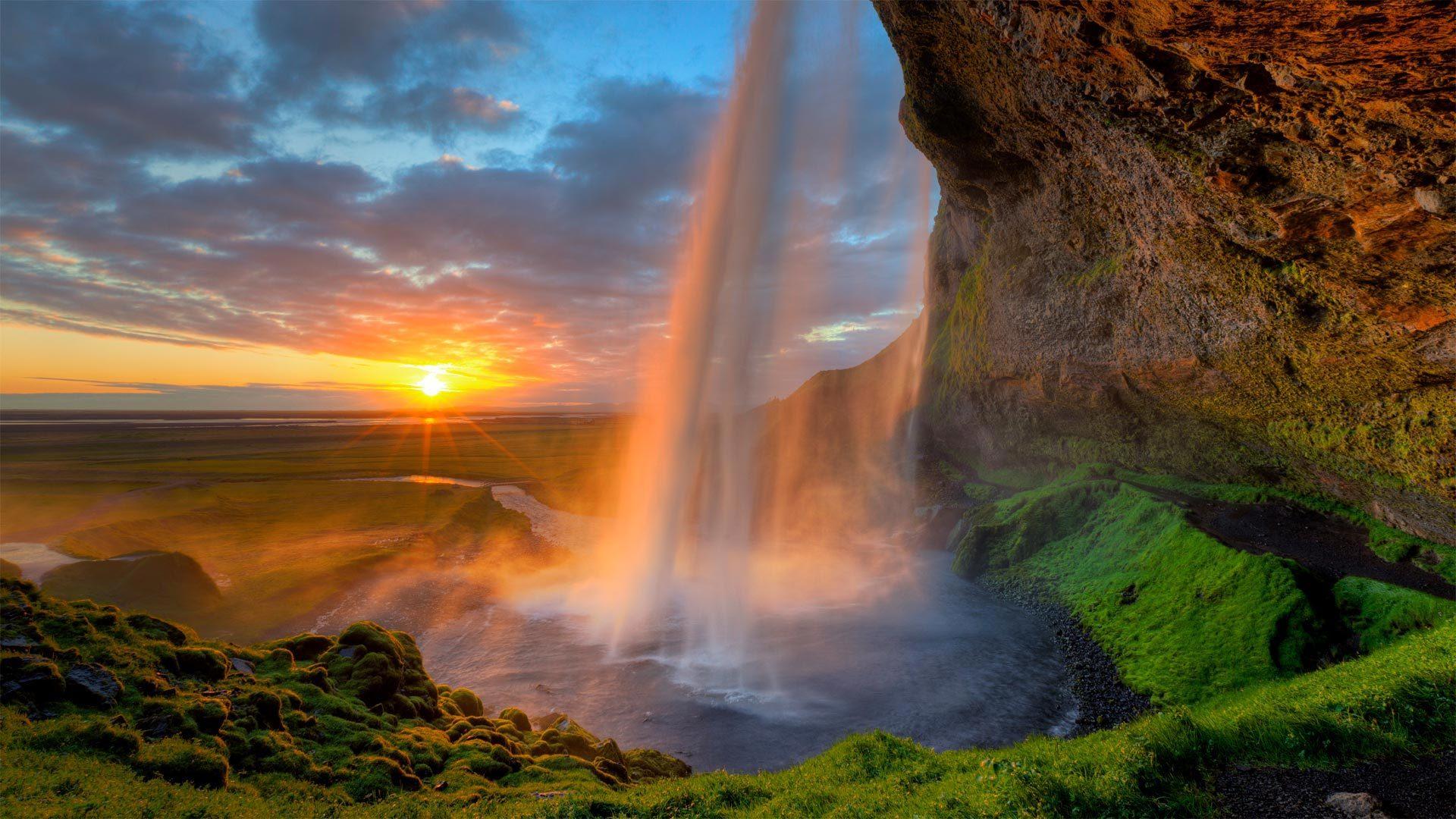 塞里雅兰瀑布后的午夜太阳塞里雅兰瀑布