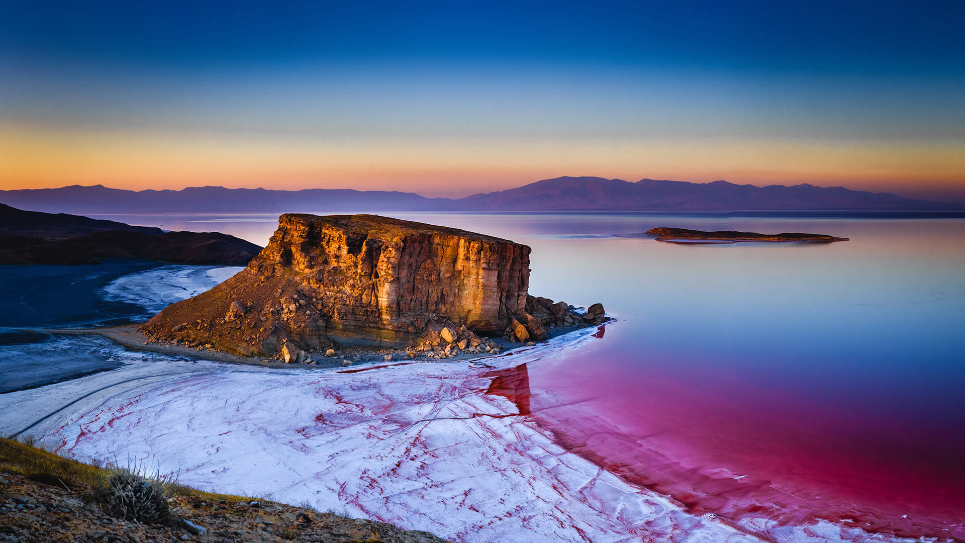 乌鲁米耶湖中的岩层乌鲁米耶湖