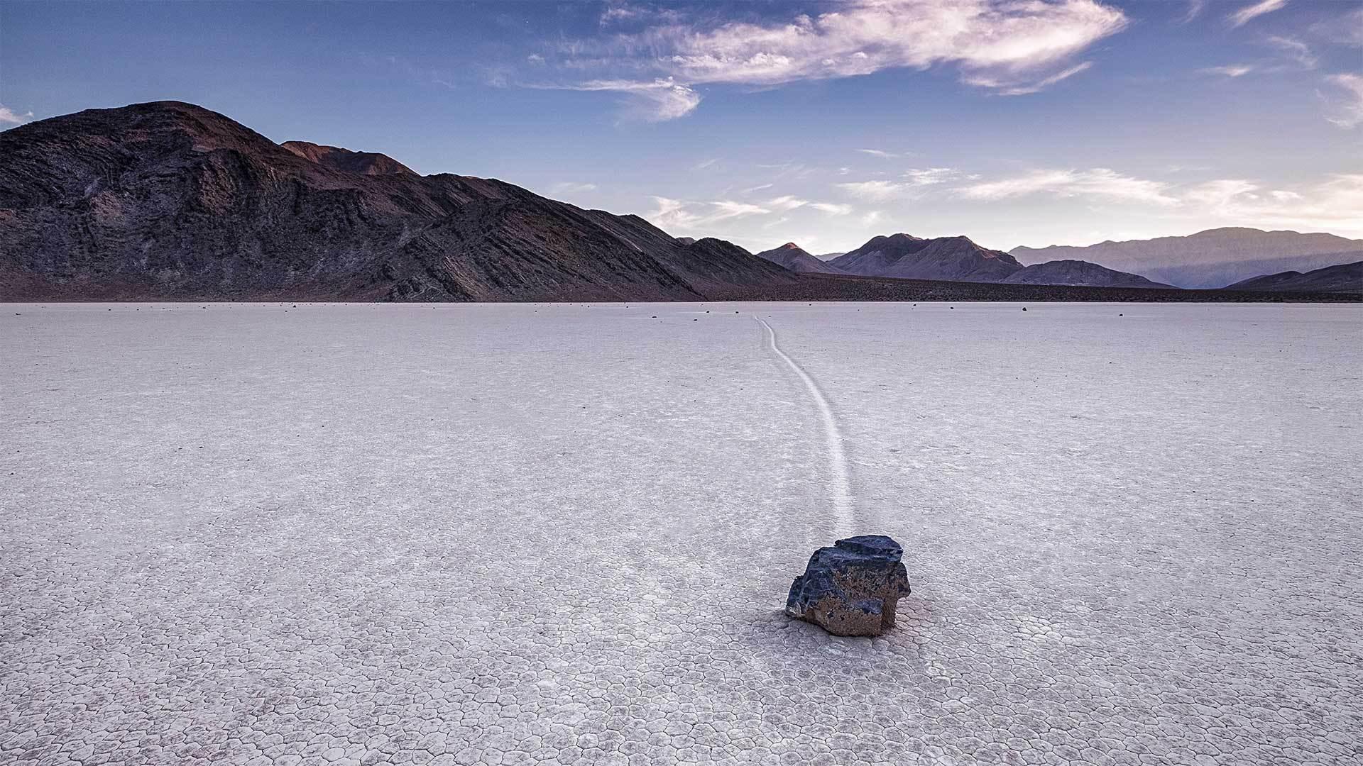 死亡谷国家公园跑道湖的迷踪石帆船石