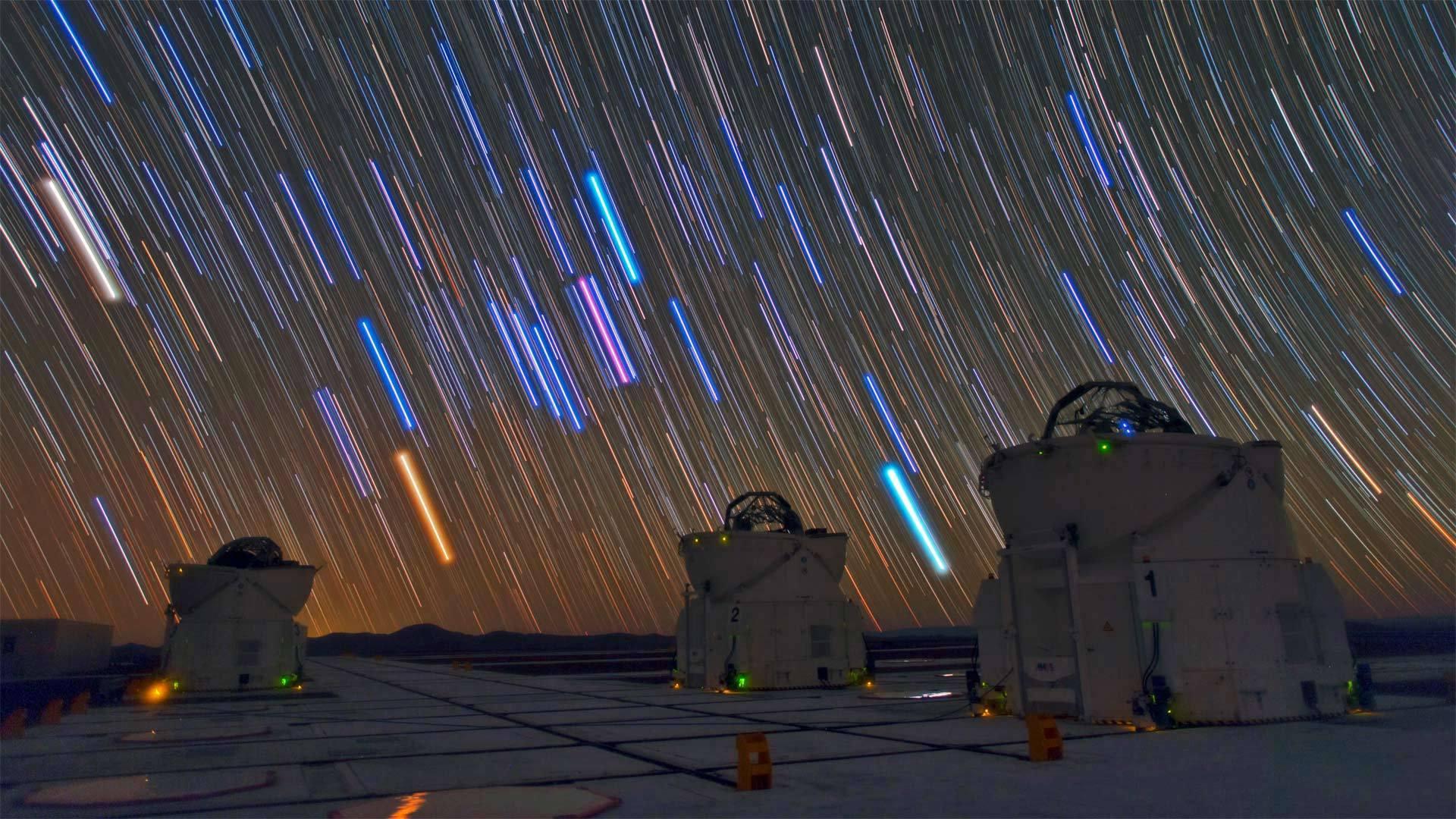 帕瑞纳天文台的望远镜和星迹帕瑞纳天文台