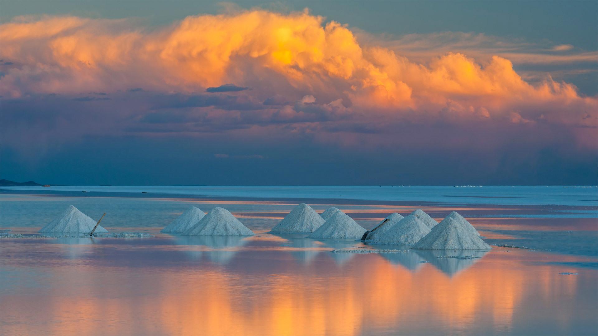 乌尤尼盐沼上的锥形盐堆乌尤尼盐沼