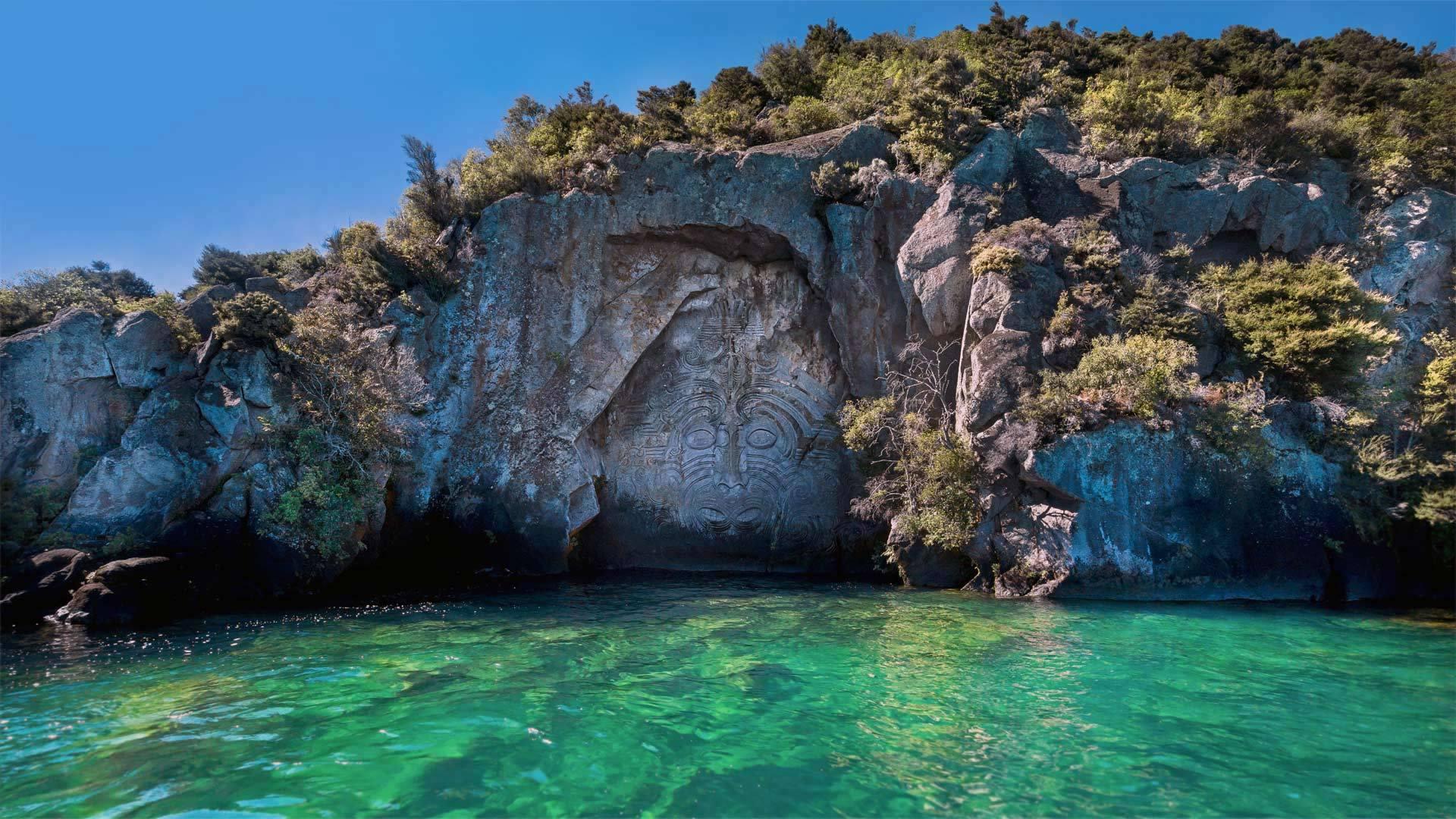 雕刻师在矿山湾创作的岩雕作品陶波湖