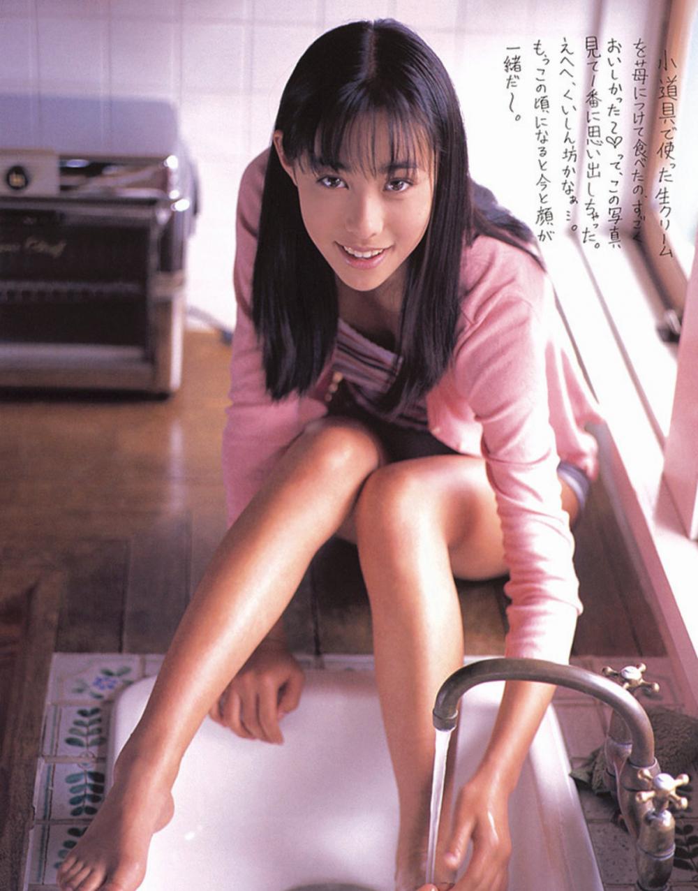 被锁在保险柜里的日本艺人吹石一惠的写真作品 (13)