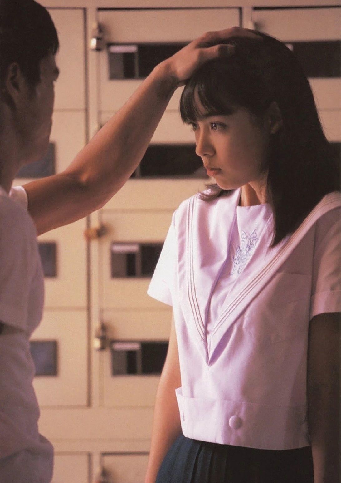 被锁在保险柜里的日本艺人吹石一惠的写真作品 (2)