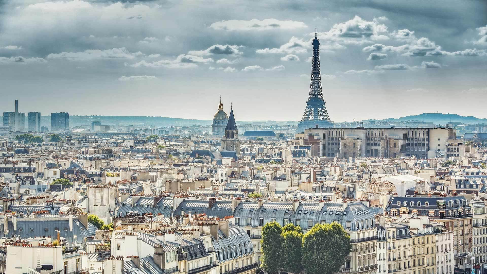 从巴黎圣母院拍摄到的埃菲尔铁塔