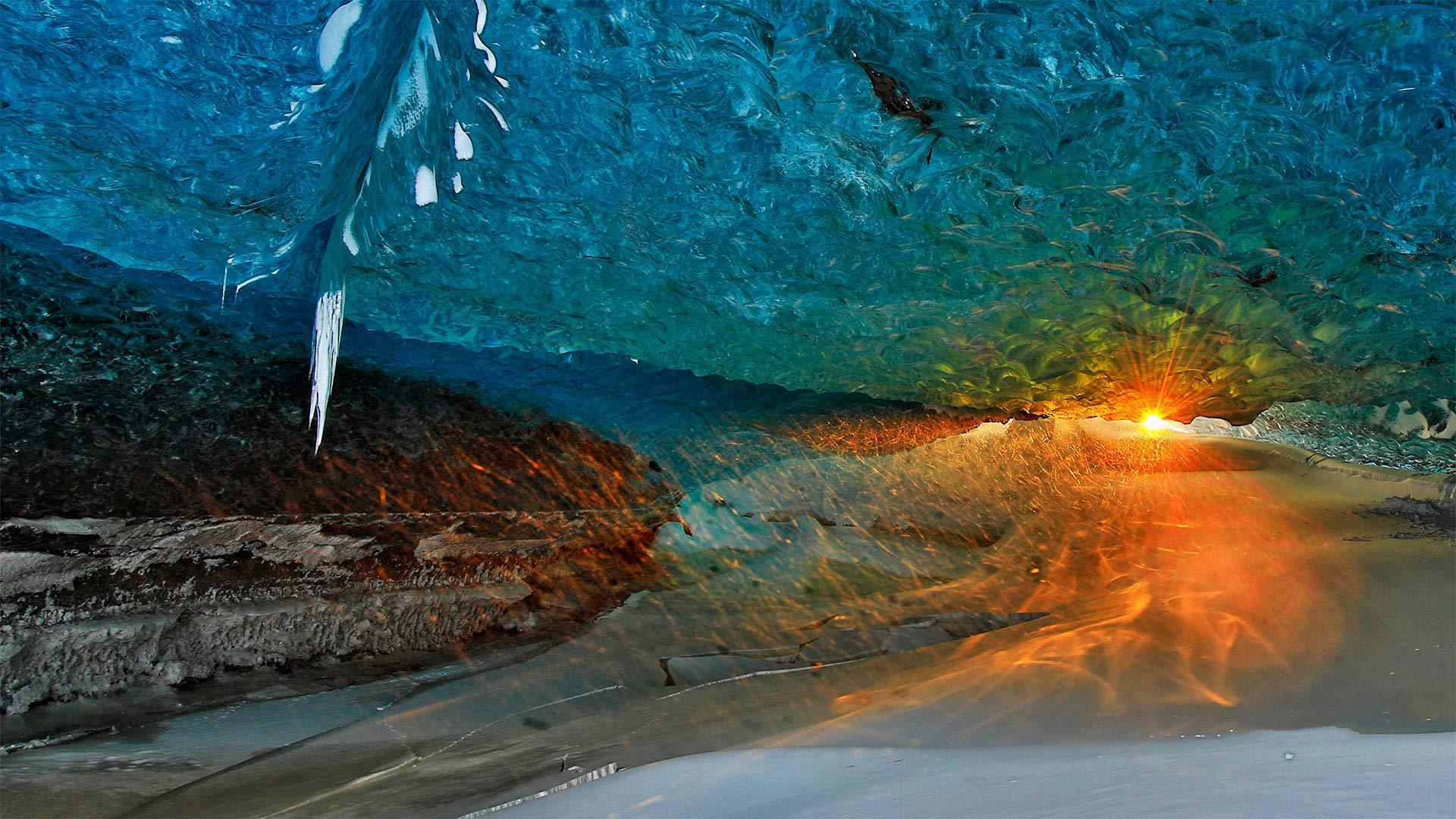 日落时瓦特纳冰川上的冰洞