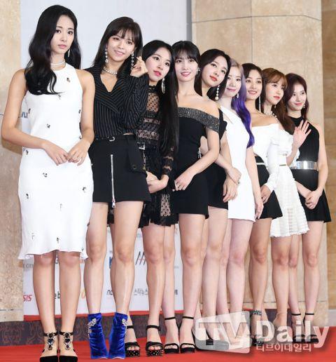 尴尬!韩国颁奖礼红毯出状况,主持人苦等10分钟没人来接受采访!插图1