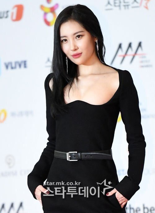 尴尬!韩国颁奖礼红毯出状况,主持人苦等10分钟没人来接受采访!插图2