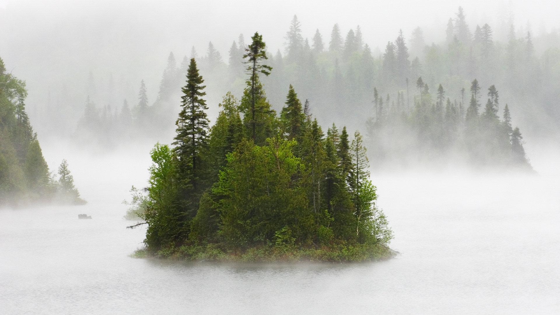 雾气氤氲的小岛