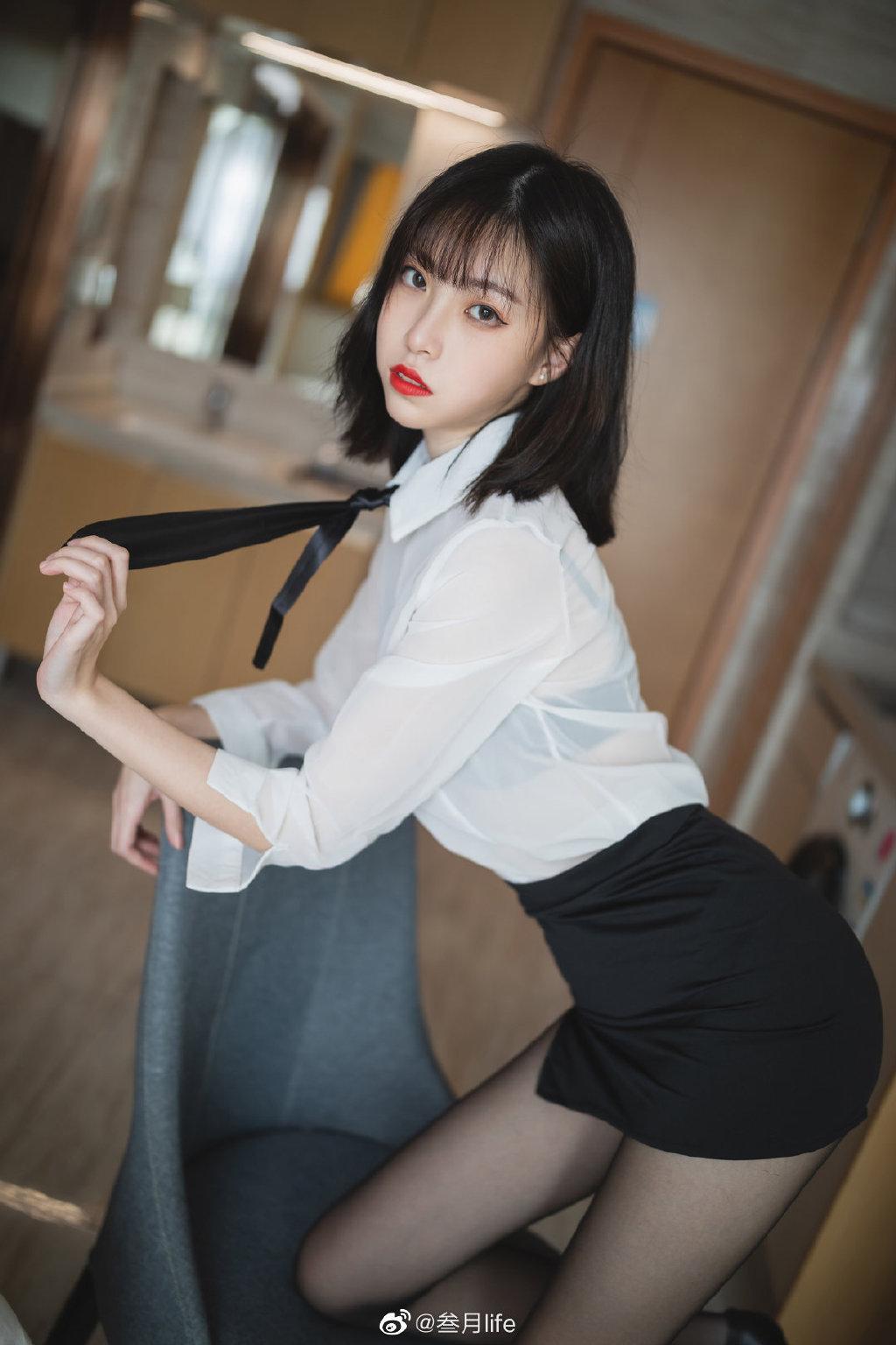 好标准的OL呀@许岚LAN 这么漂亮的腿不登三轮可惜了!