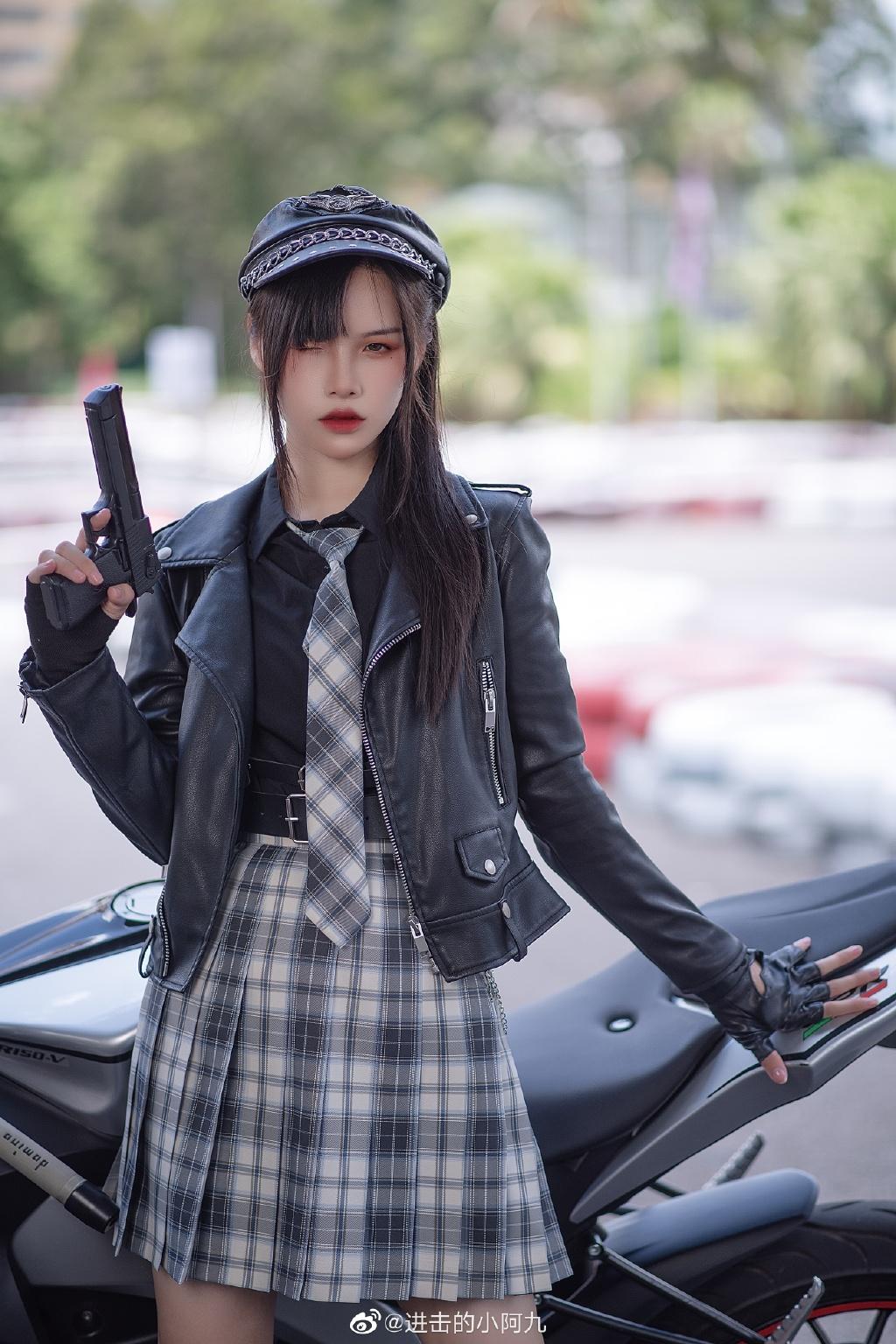 微博妹纸推荐@进击的小阿九,机车JK制服少女黑粉预览图-觅爱图