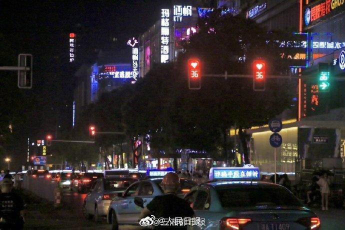 七夕,长沙街头多个红灯由圆形变成了心形