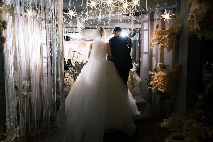参加婚礼上台祝福结果抱着新娘痛哭