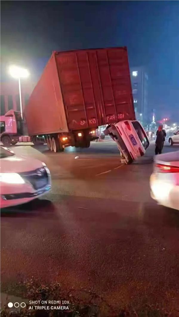 奥迪Q3侧翻顶起集装箱大货车!网友跪求事故发生视频