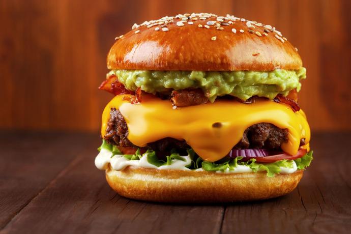 美国便利店深夜干饭指南!9毛9一个汉堡,美国底层人民的美食?