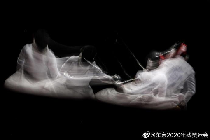 当唯快不破的轮椅击剑运动凝固成定帧,就变成了雪白、沉静的美丽史诗