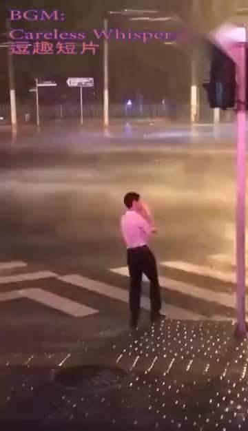 台风抽烟哥,这下火了